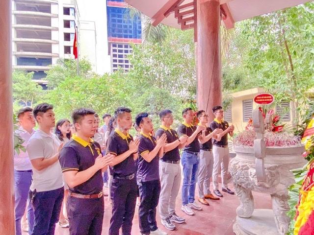 Cán bộ công nhân viên Hệ sinh thái DGroup Holdings dâng hương tại Đài tưởng niệm Dịch Vọng Hầu.